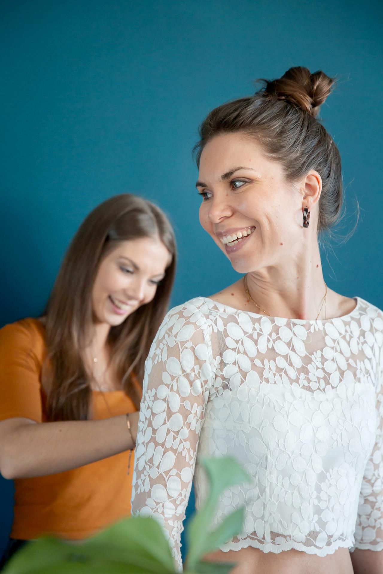 noni Brautkleid kaufen, Moodbild, Freundinnen in Wohnzimmer bei Brautkleid-Anprobe Zuhause
