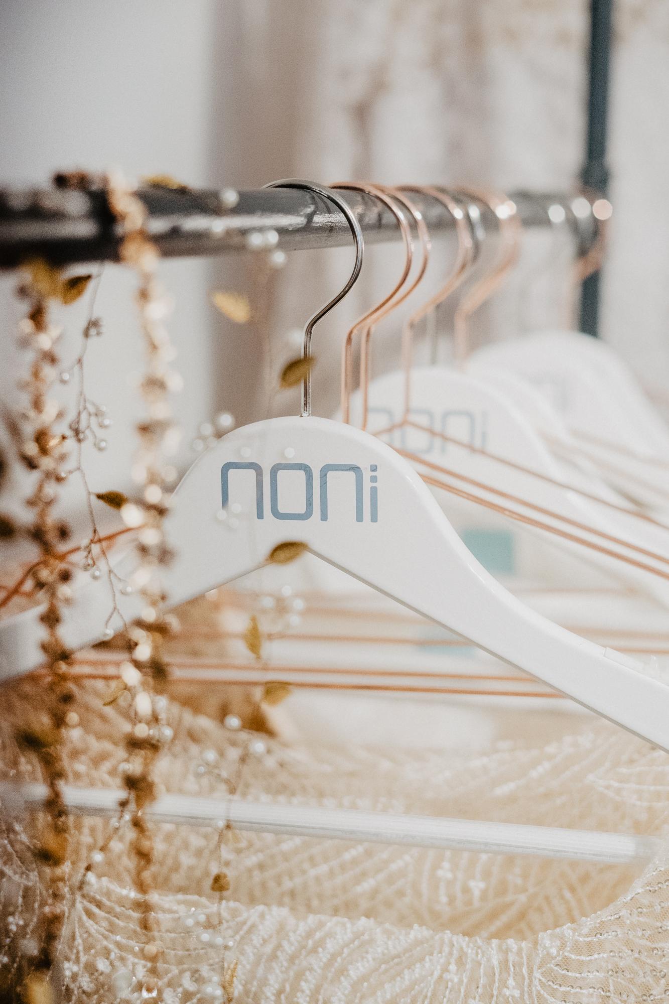 noni Brautkleid Showroom, Detail Kleiderstange mit noni-Kleiderbügel und Brautaccessoires