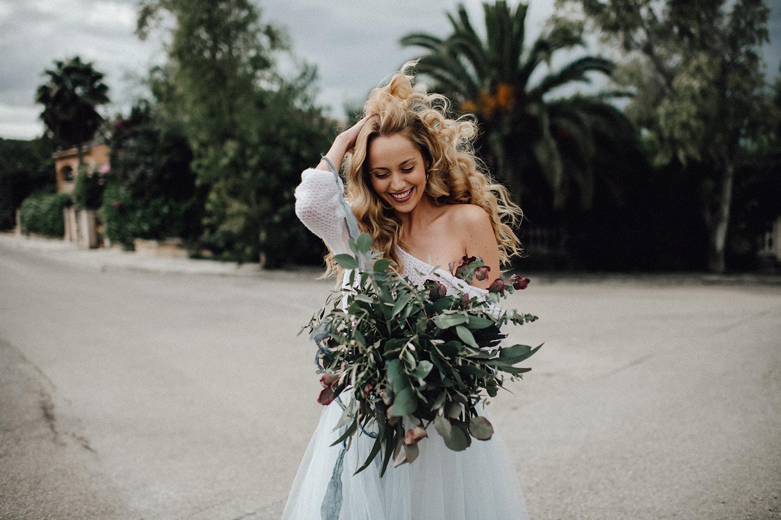 noni, Brautkleid Zweiteiler, modern, mit Brautpulli in Ivory mit Dreiviertelärmeln und langem, blauem Tüllrock
