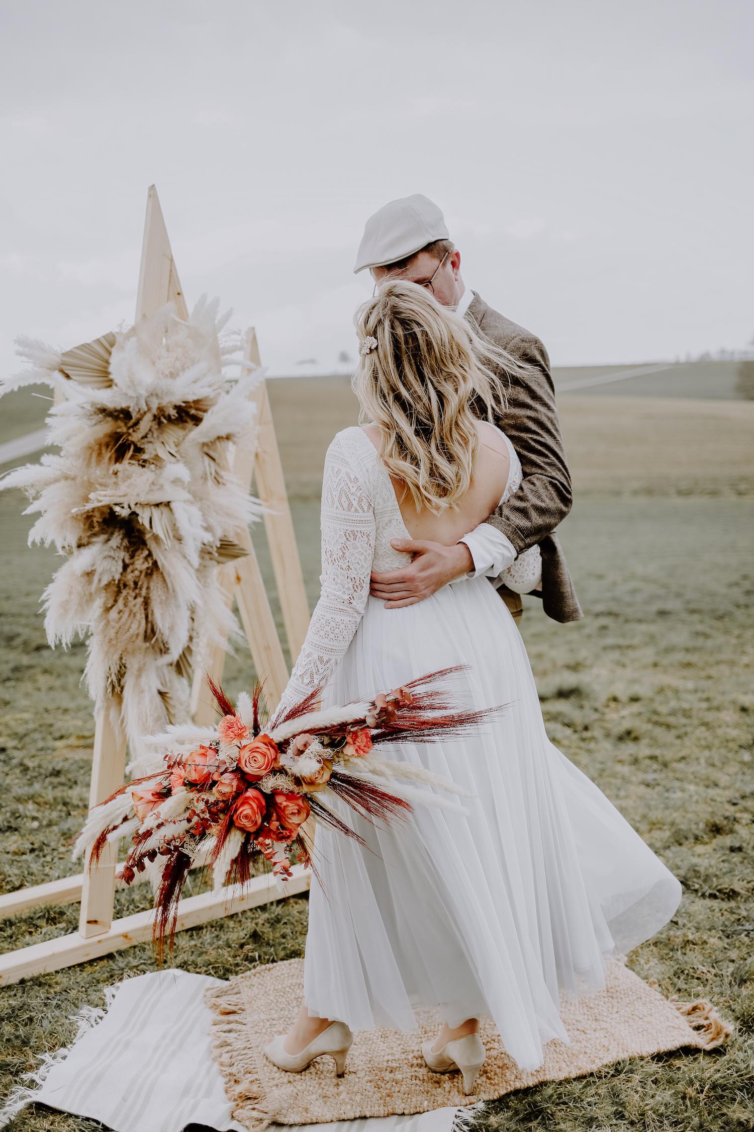 noni, zweiteiliges Brautkleid mit Brautbody und Tüllrock, Outdoor-Hochzeit mit Brautpaar