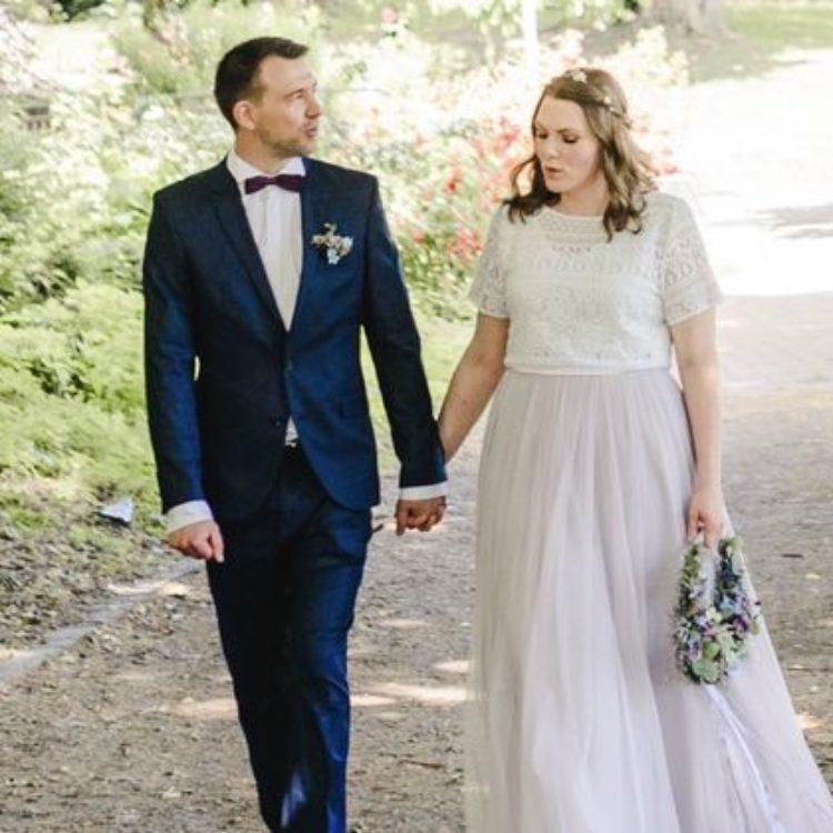 noni Brautkleider, mehrteiliges Hochzeitskleid für Standesamt mit Spitzentop und violettem Tüllrock