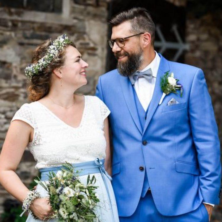 Boho-Hochzeitskleid mit Kurzarm-Top und blauem Tüllrock
