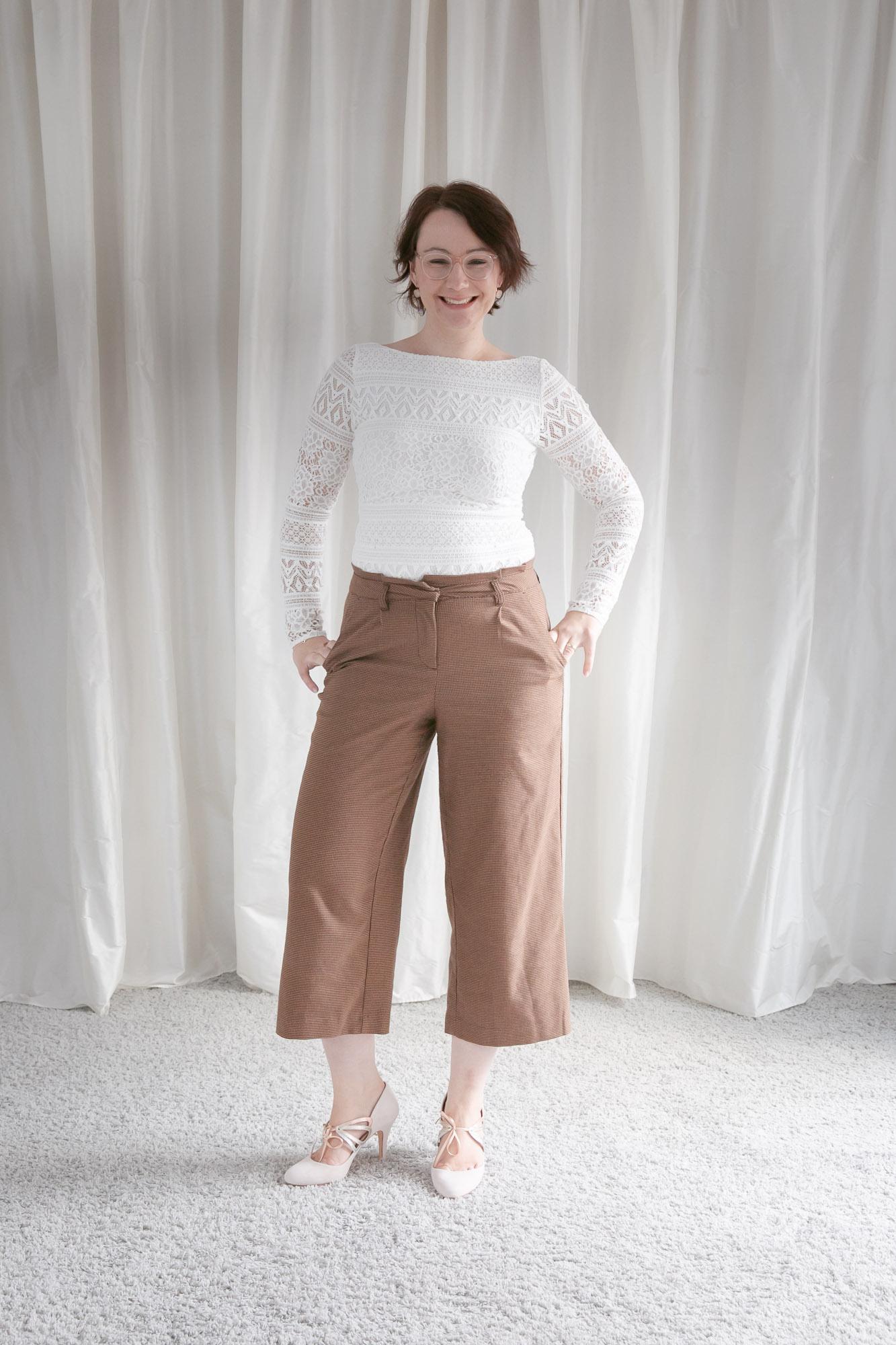 noni Brautkleider, Spitzenbody mit langen Ärmeln mit brauner Culotte als Styling Inspiration