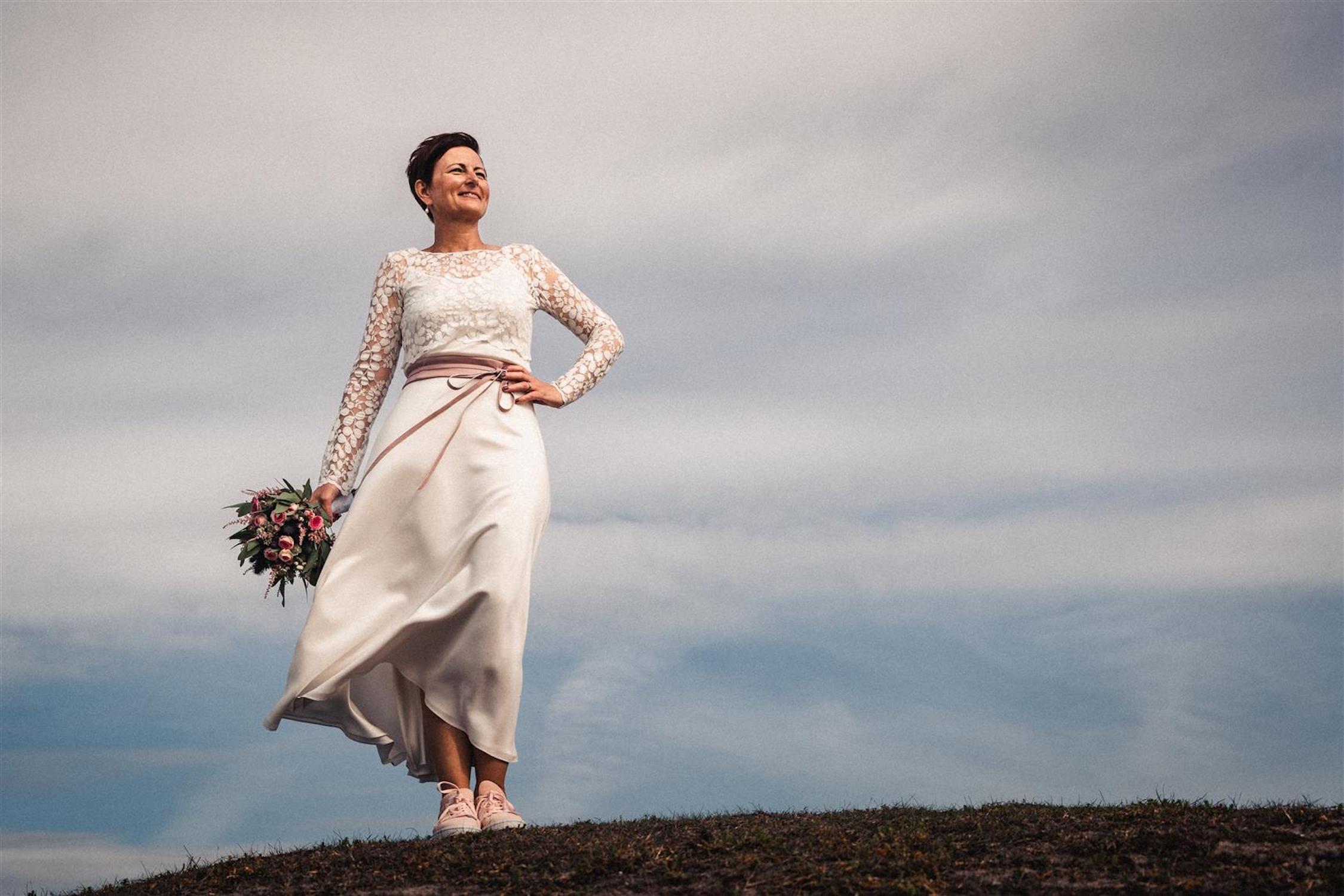 Strandhochzeit auf Norderney mit Brautkleid mit Spitzentop und Seidenrock