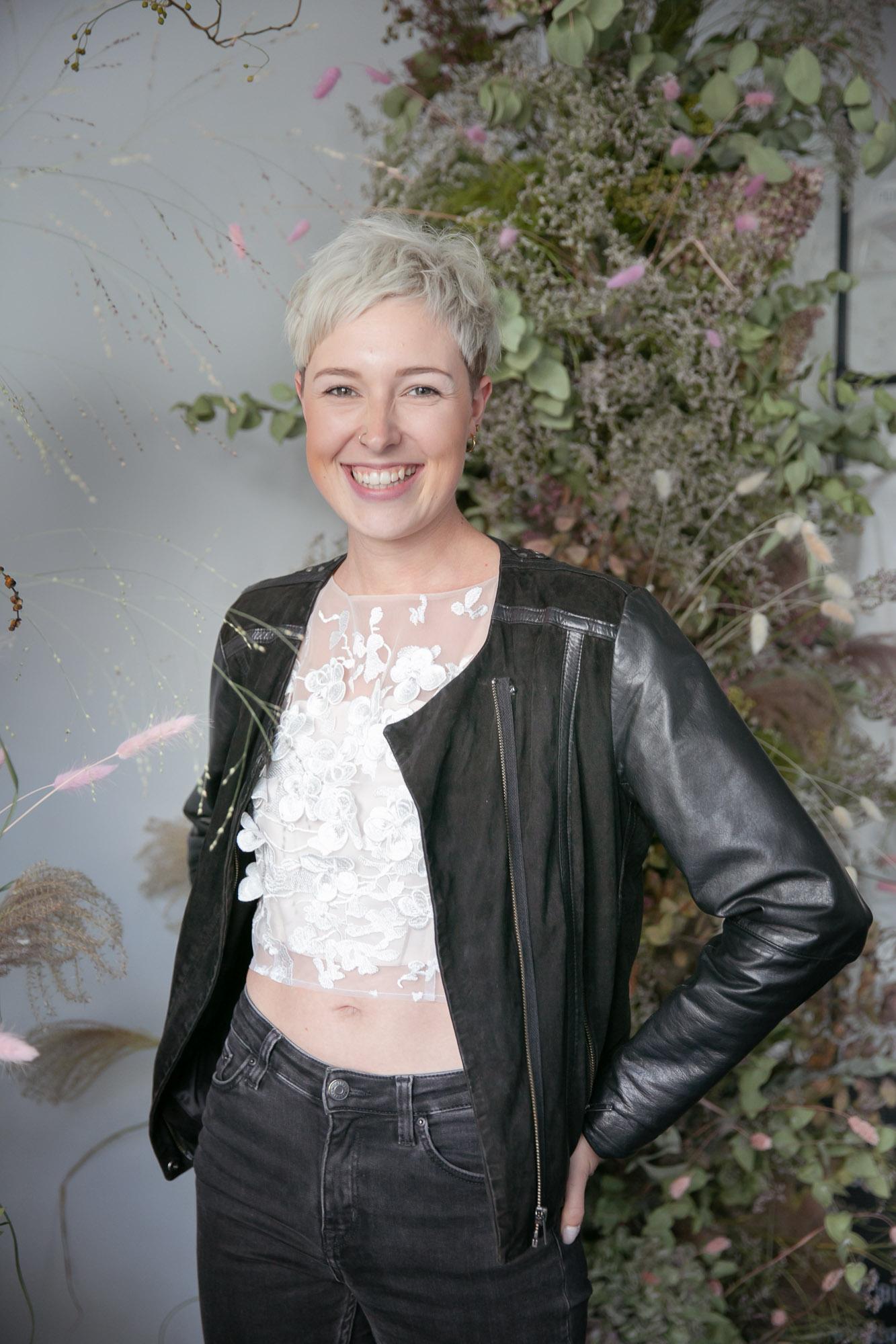 noni Brautkleider,m Brauttop mit 3D-Blüten-Stickerei und schwarzer Bikerjacke