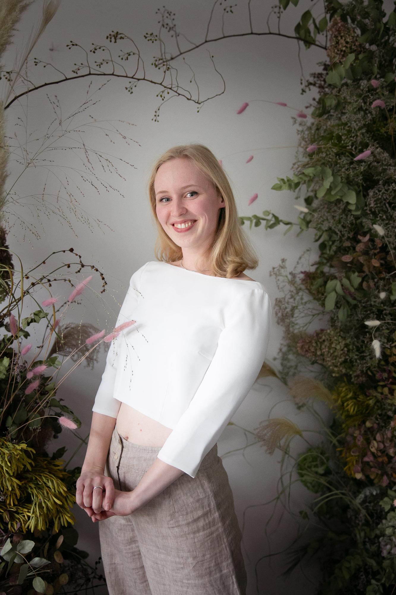 noni Brautkleider, rückenfreies Brauttop Holly in Ivory mit beiger Leinenhose als Style Inspiration im Alltag