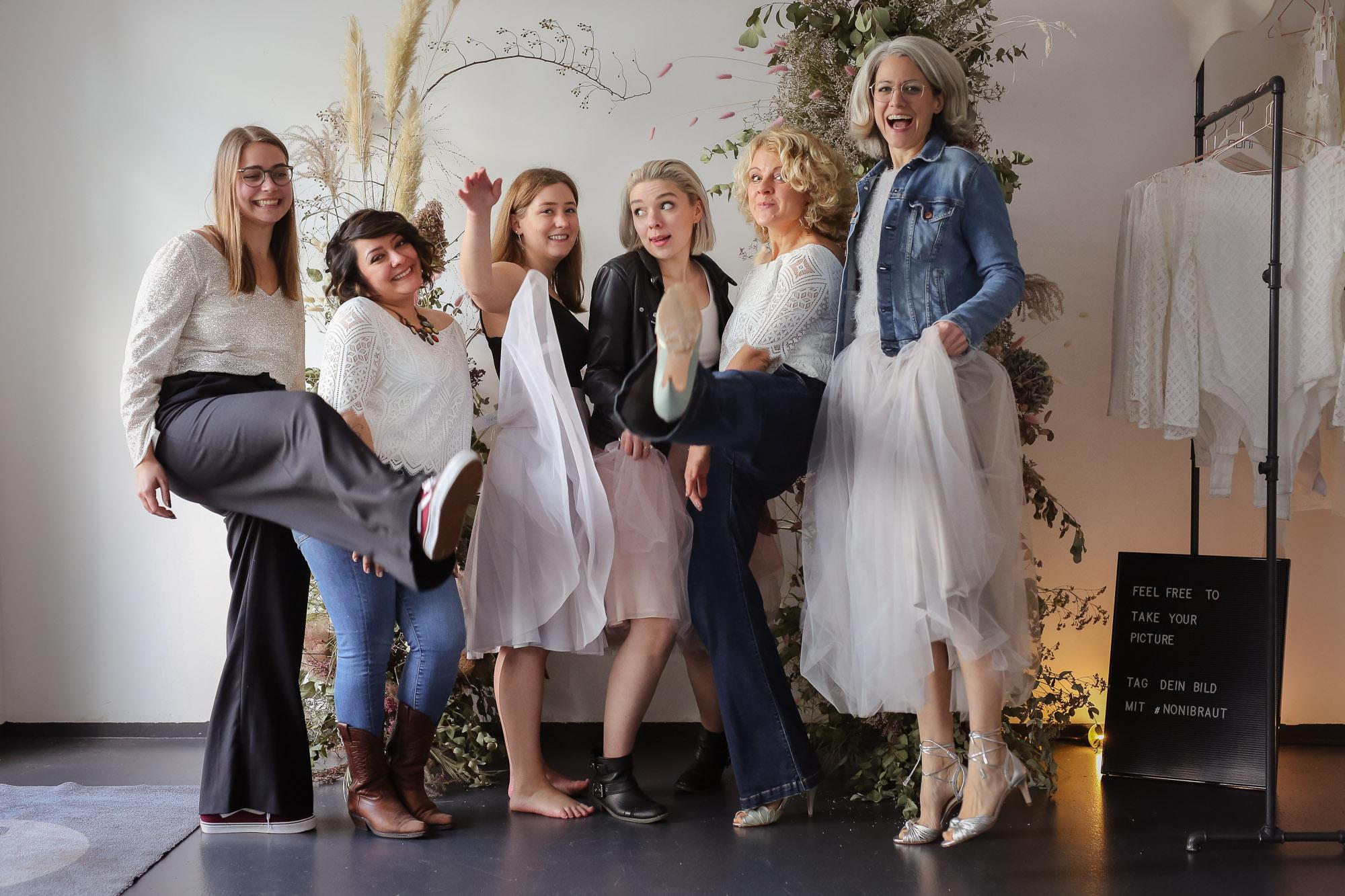 noni Brautkleider, Gruppenbild mit Brautkleidern und Alltagsklamotten