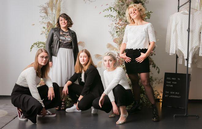 noni Brautkleider, zweiteilige Brautkleider in Ivory, kombiniert mit Alltagsklamotten in Schwarz