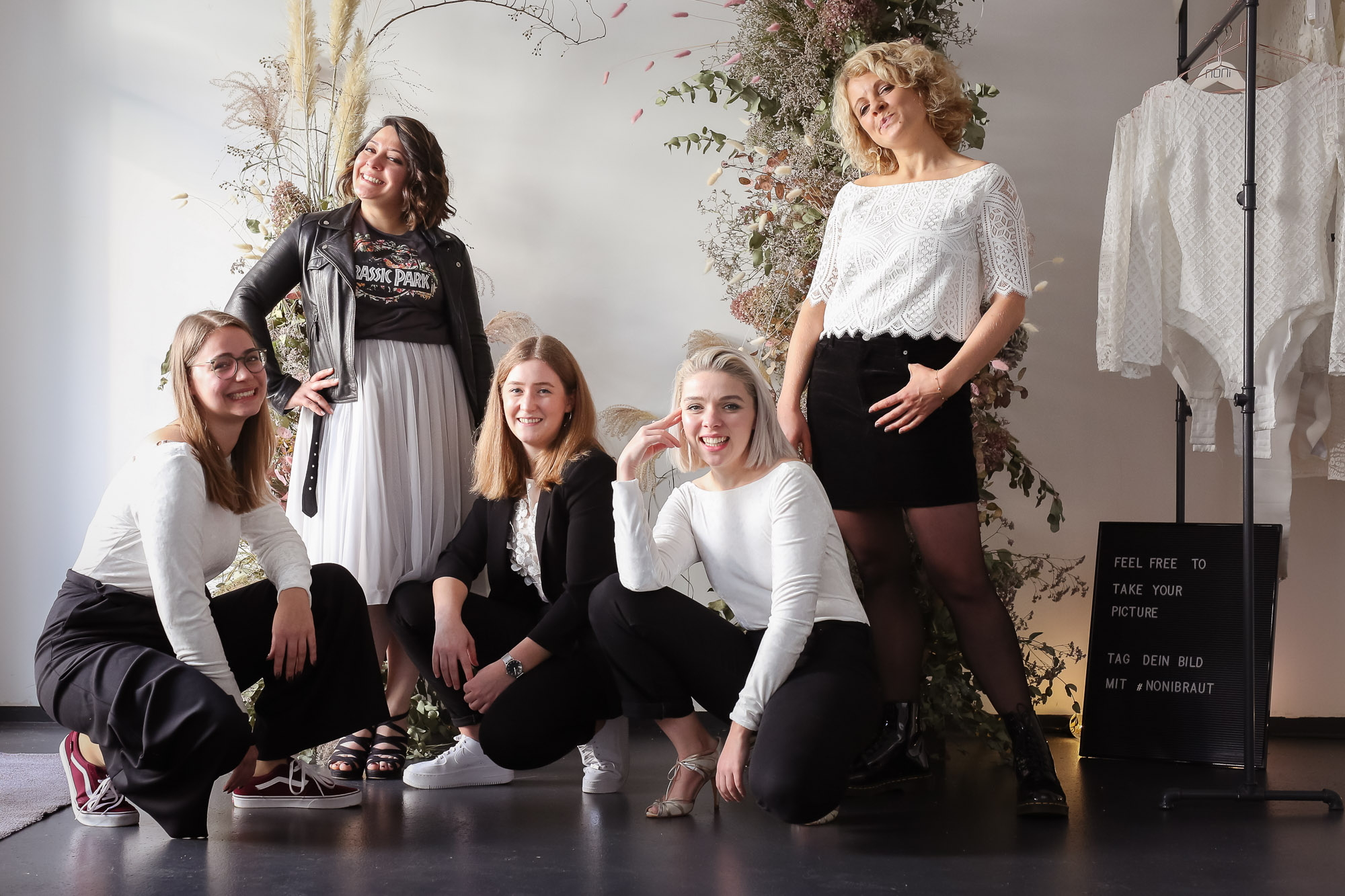 noni Brautkleider, Gruppenbild mit Hochzeitsmehrteilern und schwarzer Alltagsgarderobe als Styling Inspiration