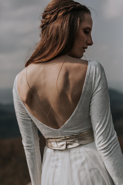 Brautbody aus Samt mit tiefem Rückenausschnitt und wadenlanger Rock aus fließendem Softtüll zur Hochzeit