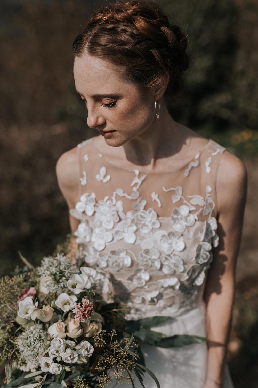 noni Brautkleider 2019 | Brautkleid mit Blumen-Top aus 3D-Spitze, Überrock und Rock in A-Linie (Foto: Jennifer Nilsson, Le Hai Linh)