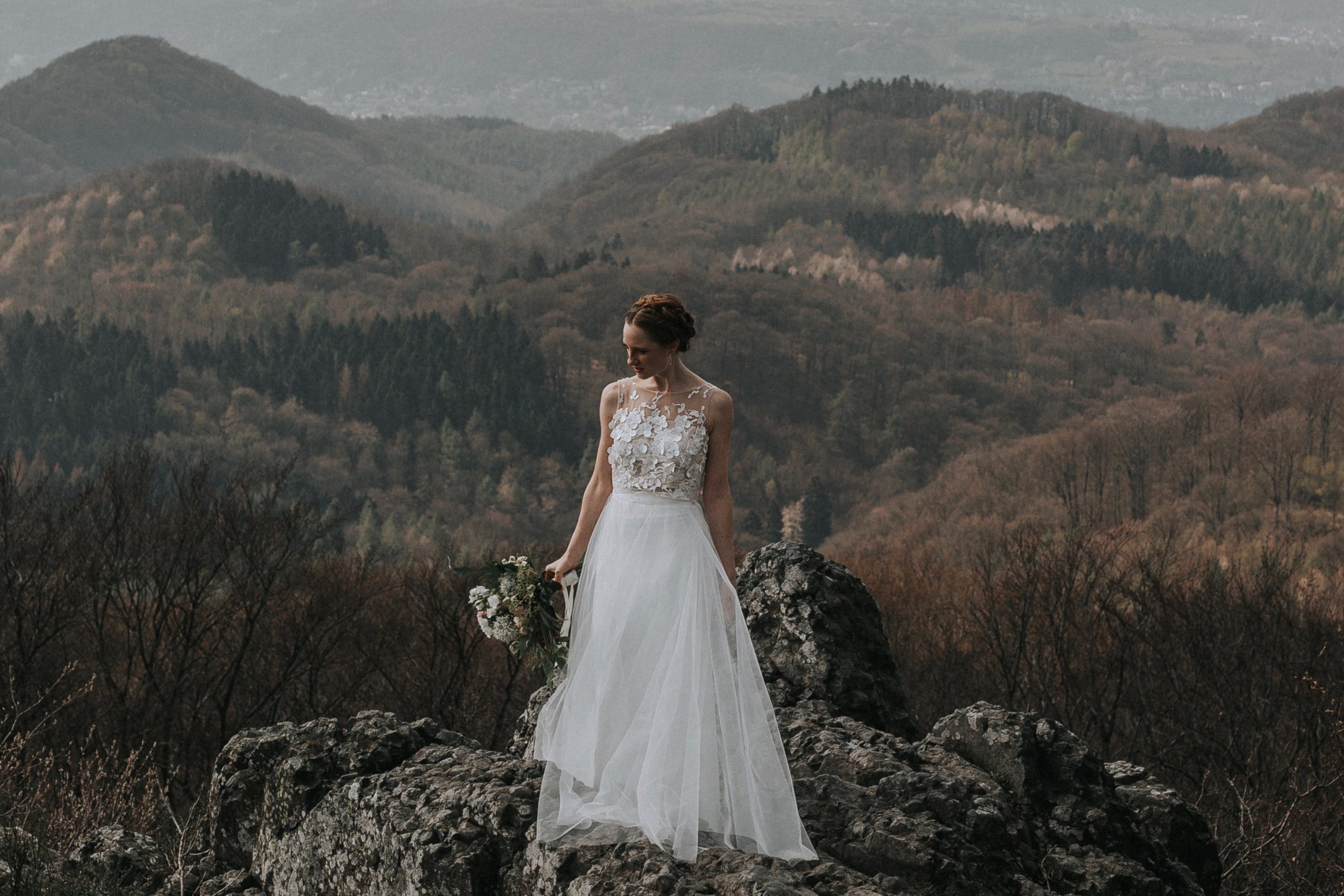 Brautkleid mit Blumen-Top aus 3D-Spitze, Überrock und Rock in A-Linie