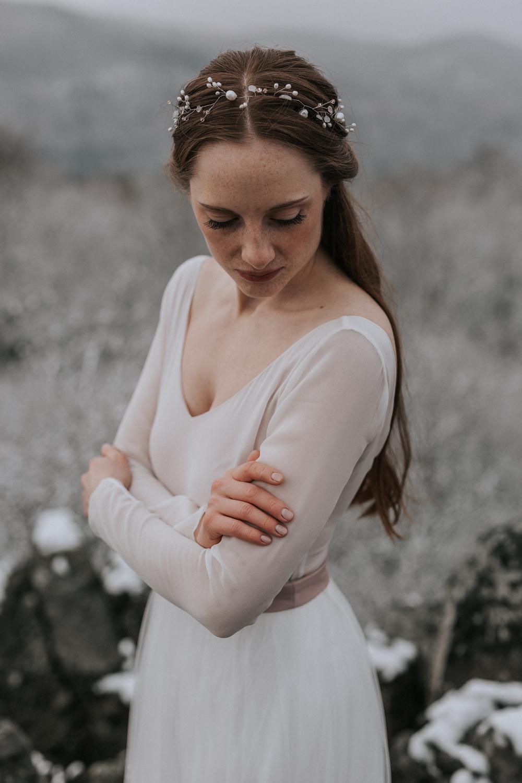 noni Brautkleider 2019 | Überrock mit geometrischer Bestickung, fließender Tüllrock und rückenfreier Body in Rosé zur Hochzeit (Foto: Jennifer Nilsson, Le Hai Linh)