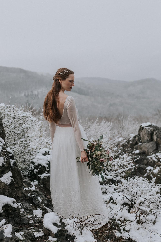 Überrock mit geometrischer Bestickung, fließender Tüllrock und rückenfreier Body in Rosé zur Hochzeit