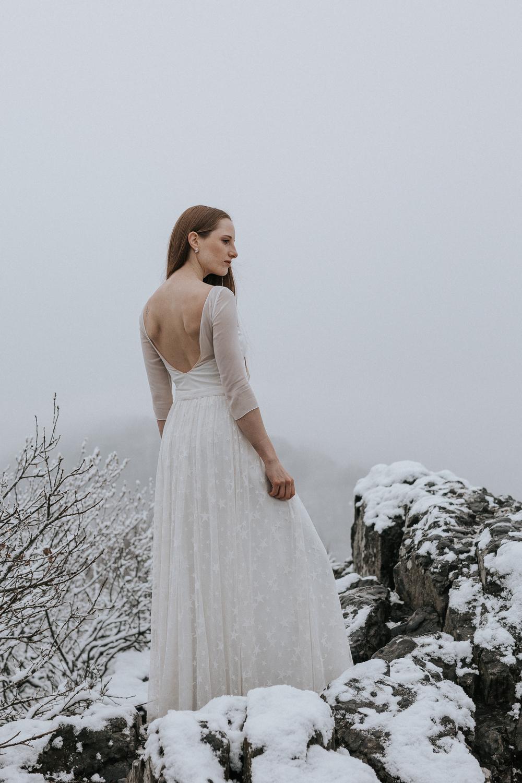 noni Brautkleider 2019 | Brautbody aus Seidenchiffon mit Überrock aus Sternentüll zur Hochzeit (Foto: Jennifer Nilsson, Le Hai Linh)