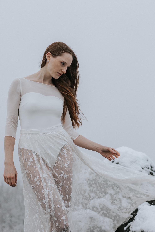Brautbody aus Seidenchiffon mit Überrock aus Sternentüll zur Hochzeit