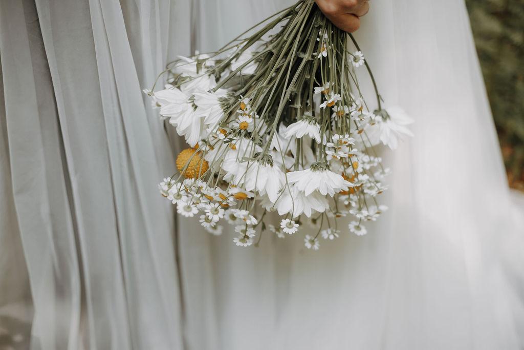noni Brautkleider, lesbisches Brautpaar mit zweiteiligen Brautkleidern Spitzentops und Tüllröcken