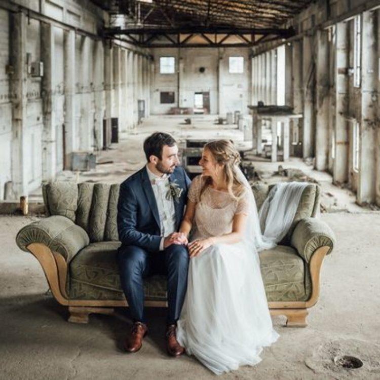 Zweiteiliges Brautkleid mit Paillettentop und langem Tüllrock