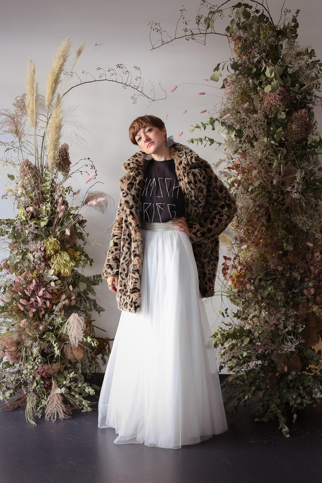 noni Brautkleider, bodenlanger Tüllrock in Ivory mit Mantel in Leopardenfell-Optik und T-Shirt