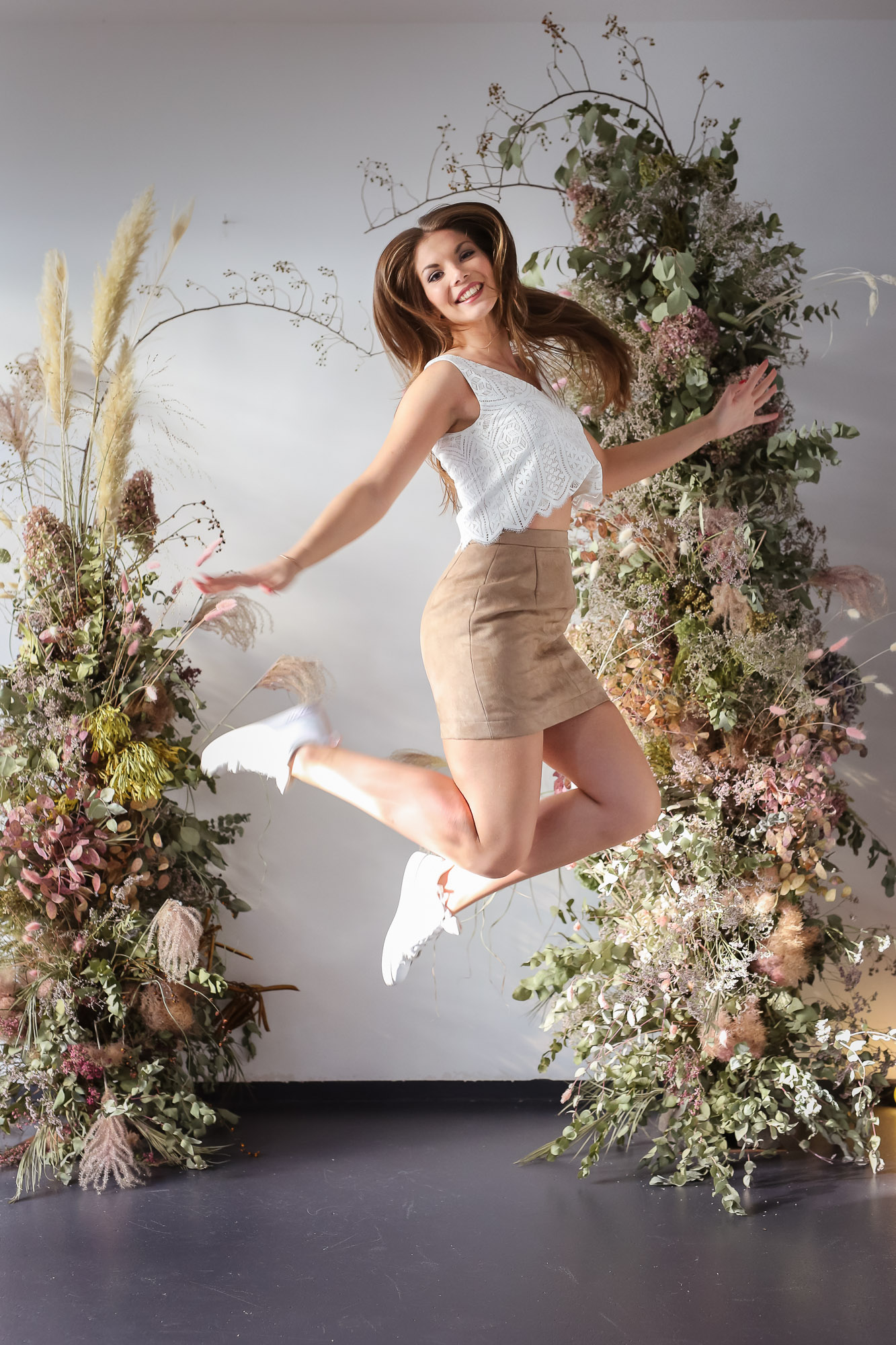 noni Brautkleider, ärmelloses Top in Ivory aus grafischer Spitze mit kurzem beigen Rock und Sneakers