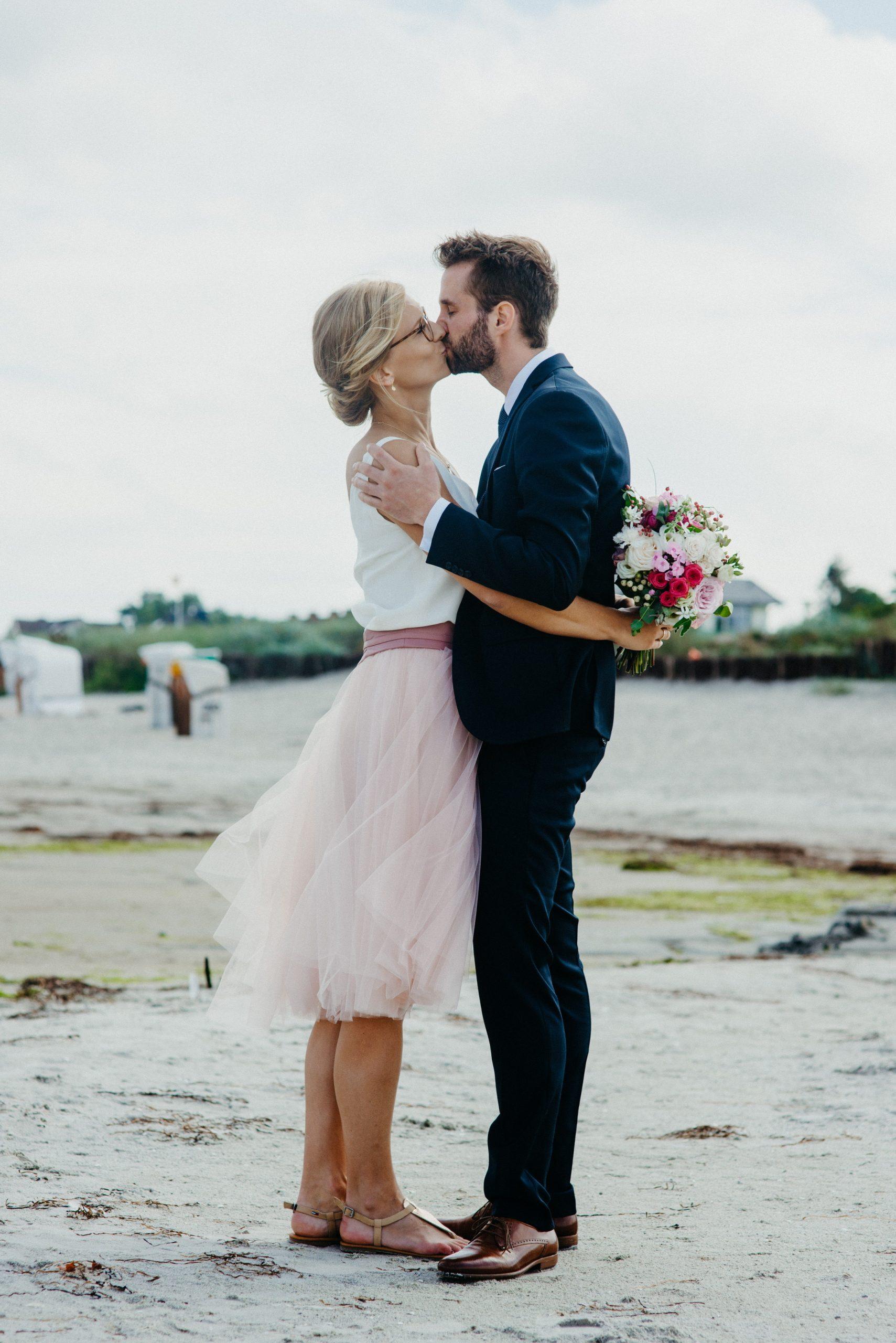 Standesamt-Brautkleid mit kurzem Tüllrock und Seidentop am Strand, Brautpaar