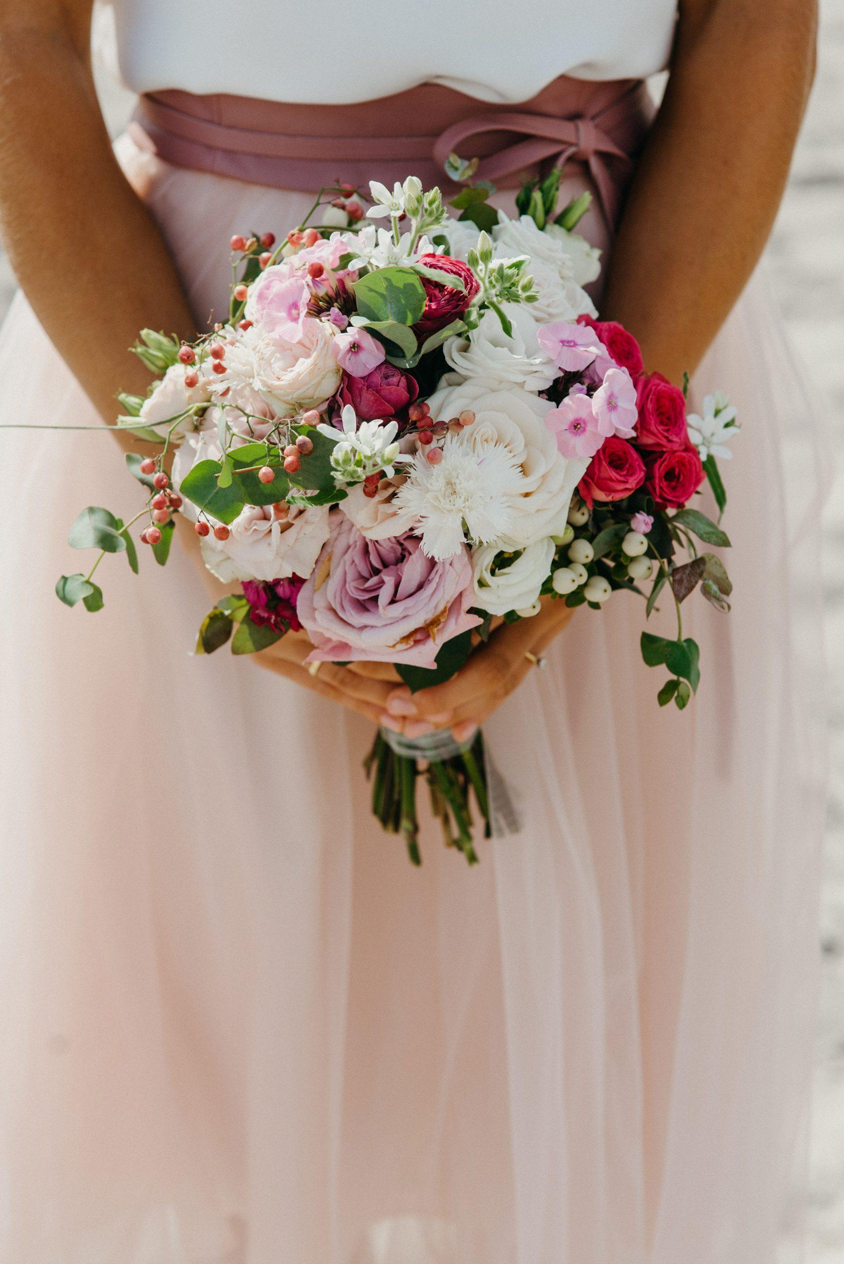 Standesamt-Brautkleid mit kurzem Tüllrock und Seidentop am Strand, Brautstrauss