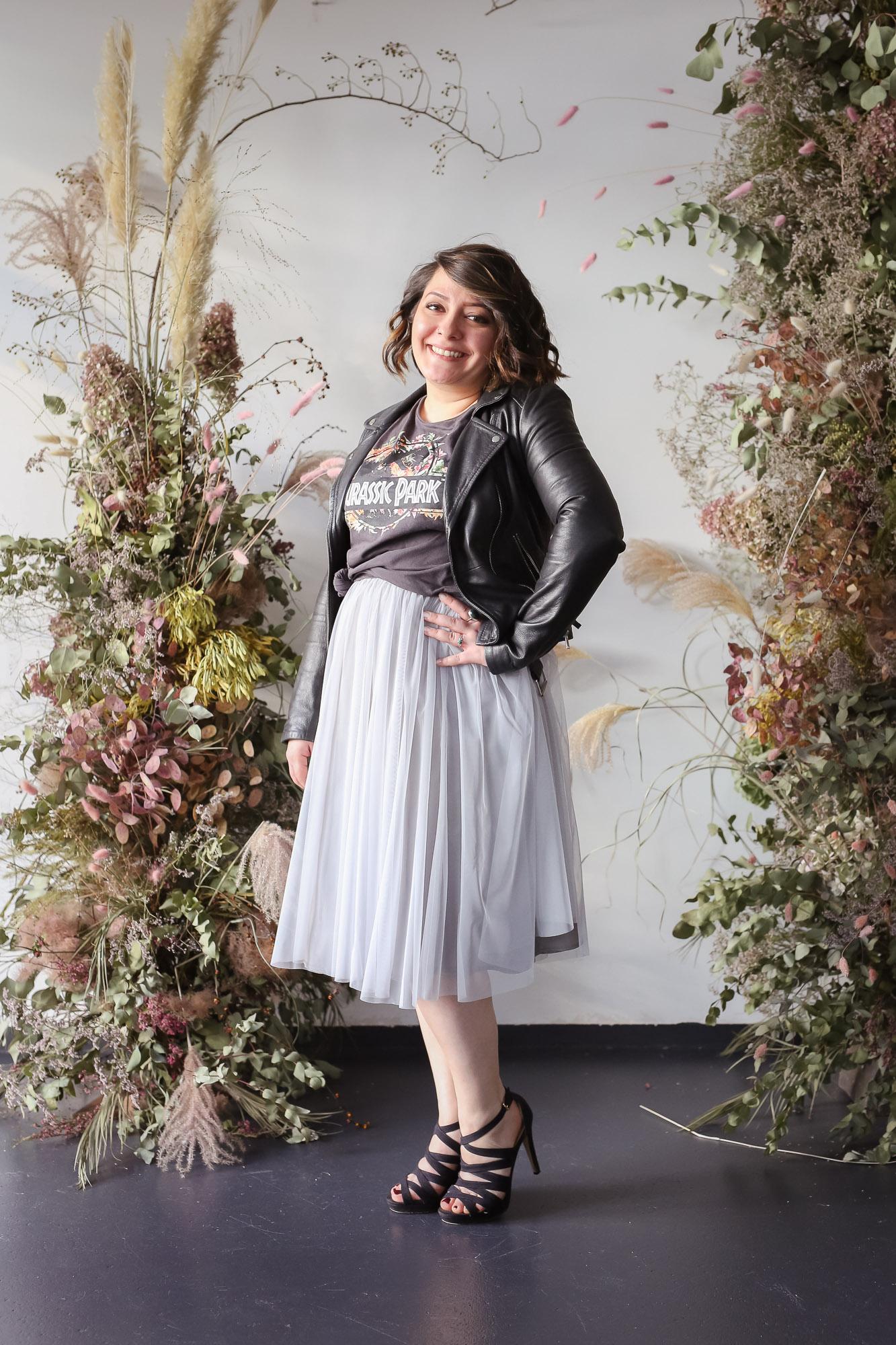 noni Brautkleider, kurzer Softtüllrock in Grau mit schwarzer Lederjacke und buntem T-Shirt als Styling Inspiration