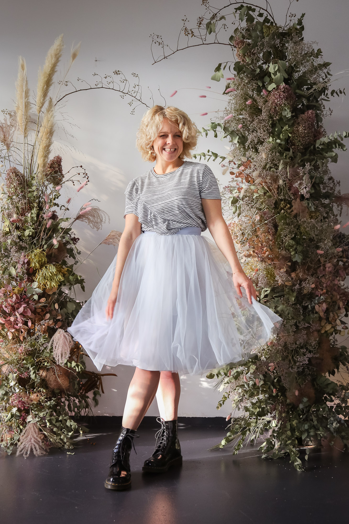 noni Brautkleider, kurzer, blauer Tüllrock mit Streifenshirt und Springerstiefeln als Inspiration für Styling im Alltag