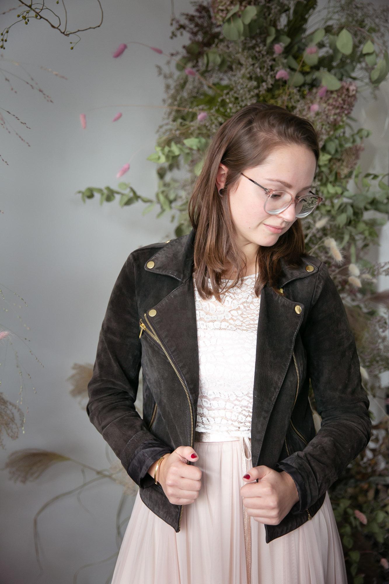 noni Brautkleider, halb-transparentes Brauttop mit Croco-Spitze zu schwarzer Lederjacke und langem Tüllrock in Blush