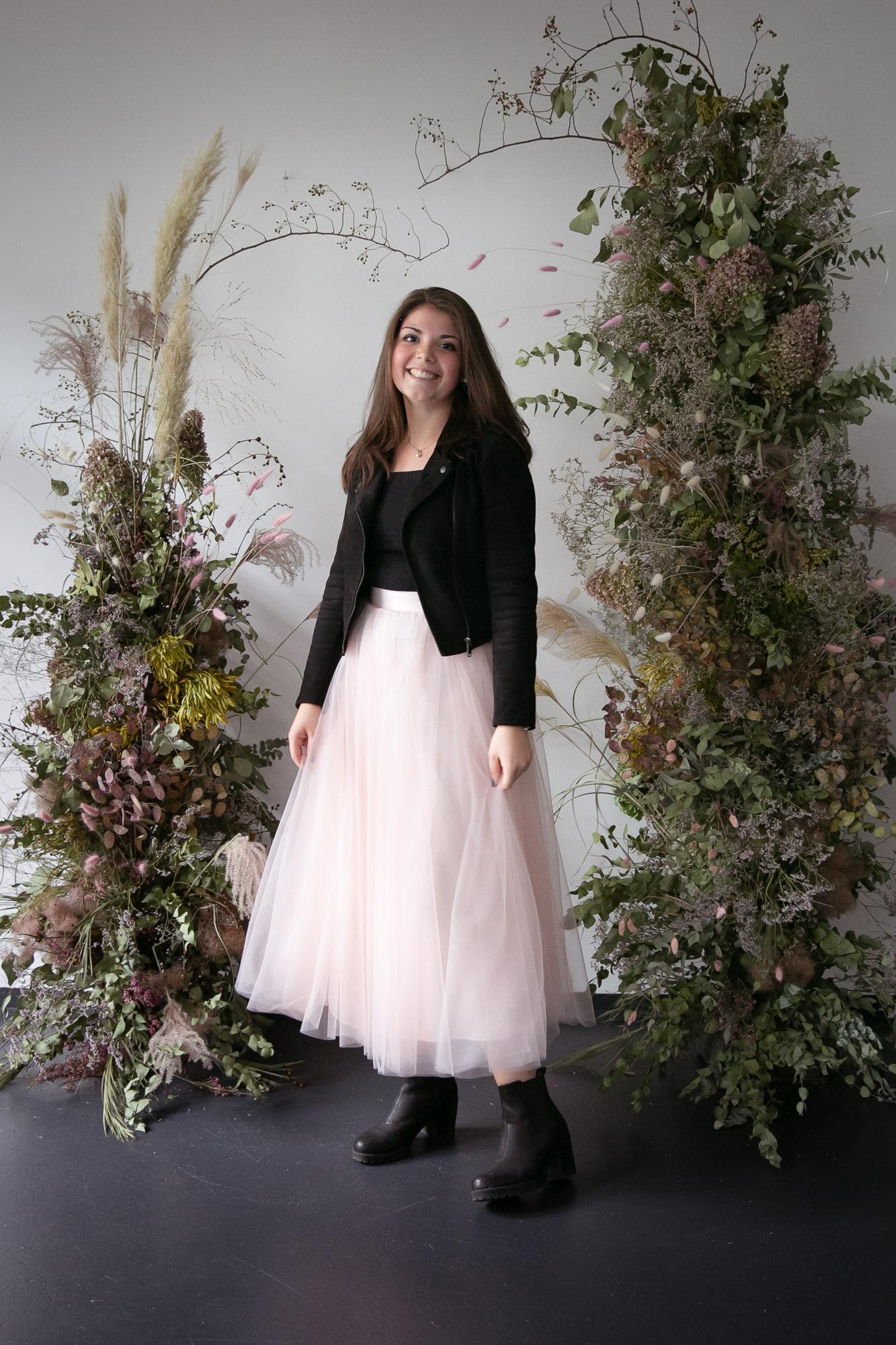 noni Brautkleider, langer Brautrock aus Tüll in Rosa mit schwarzer Lederjacke als Styling Inspiration