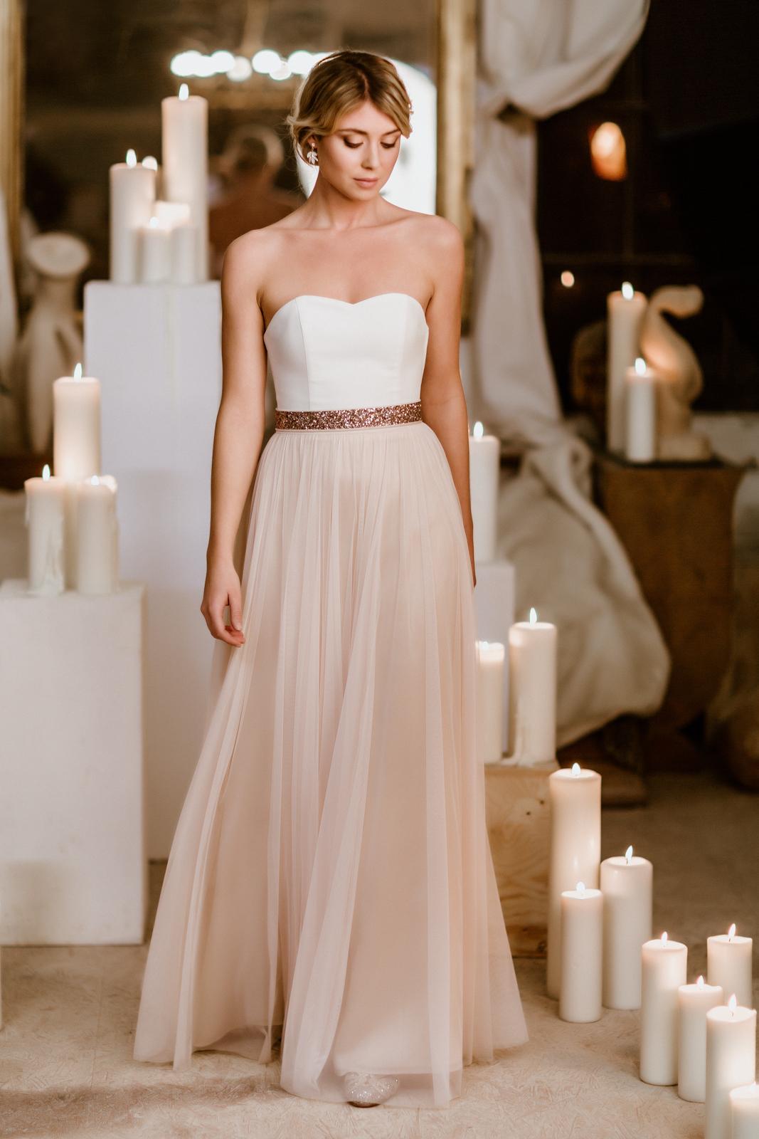 noni Brautkleider, zweiteiliges Brautkleid mit langem Tüllrock in Blush und Corsage in Ivory, Glitzergürtel in Roségold