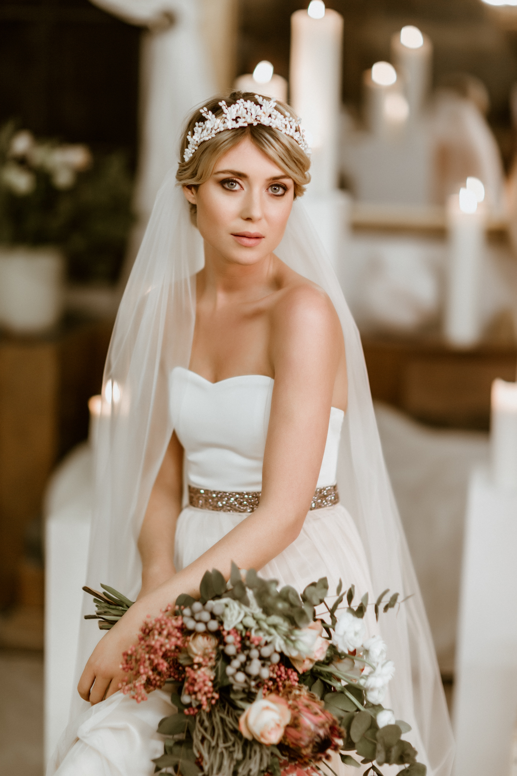 noni Brautkleider, zweiteiliges Brautkleid mit Corsage und Tüllrock in Ivory, Braut mit langem Brautschleier (Foto: Le Hai Linh)