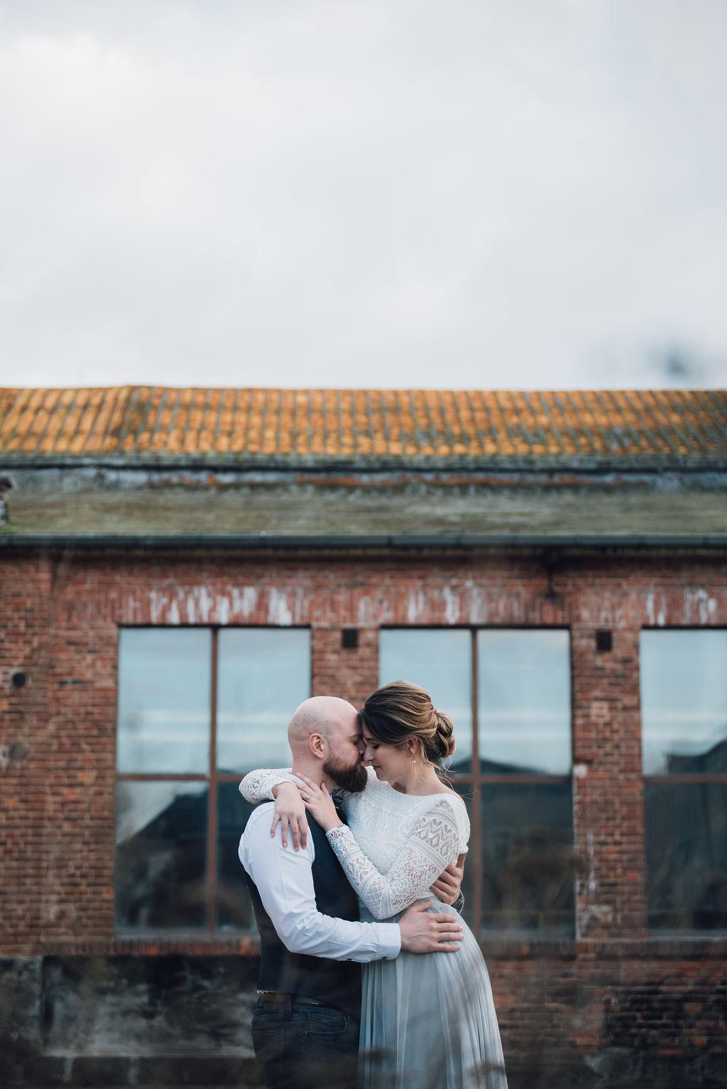 noni, zweiteiliges Brautkleid mit rückenfreiem Body mit Spitzenmuster und langem grauen Softtüllrock