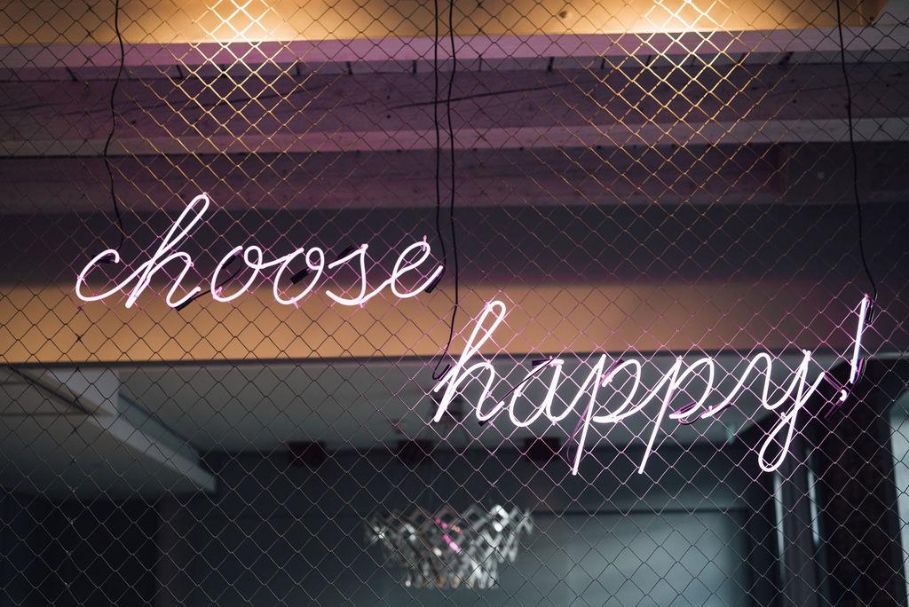 """noni, Styling Inspiration für moderne Hochzeit im Urban Chic, Deko-Detail mit Leuchtschrift """"choose happy!"""""""