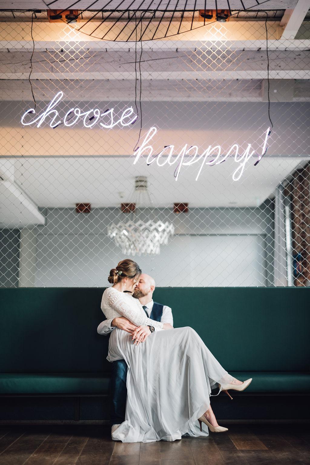 noni, Styling Inspiration für moderne Hochzeit im Urban Chic, Brautpaar und Leucht-Dekoration