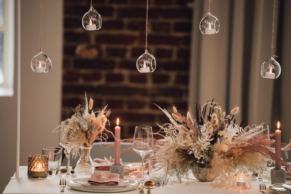 noni, Styling Inspiration für moderne Hochzeit im Urban Chic, Tischdekoration in Blush mit Trockenblumen