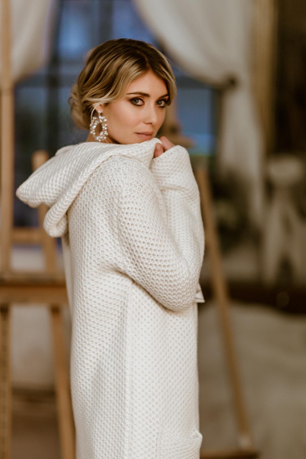 Leichter Brautmantel aus Strick mit Kapuze zum Midi-Brautkleid, Seitenansicht
