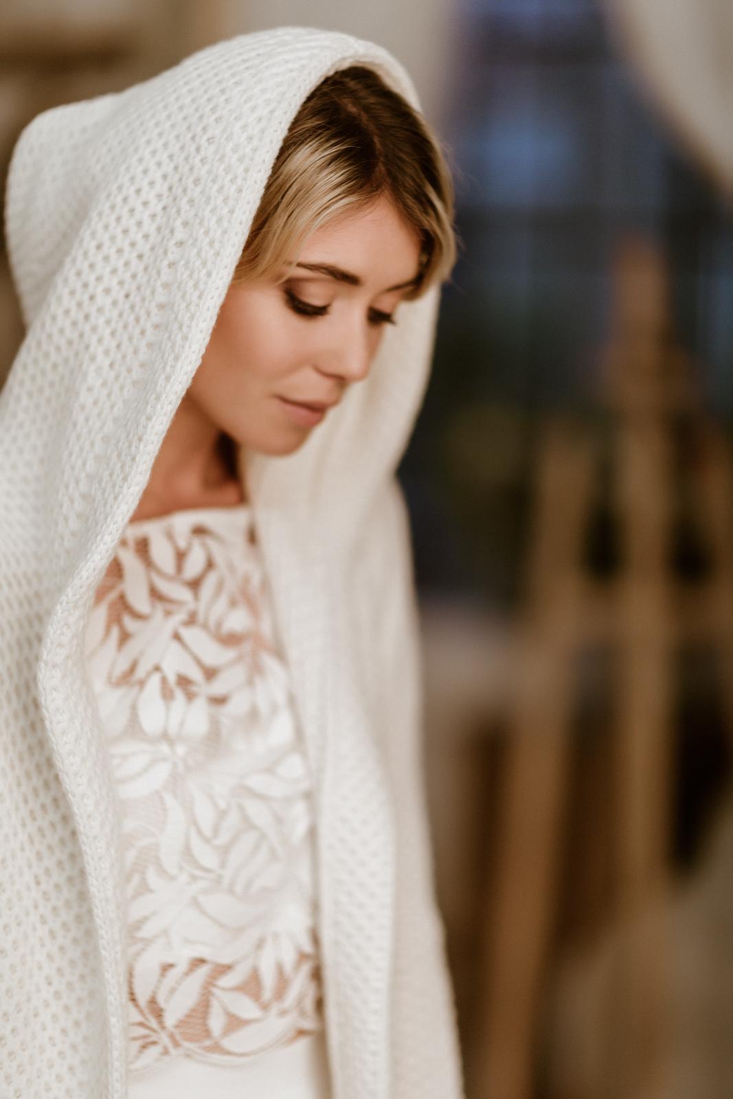 noni Jubiläumskollektion | Leichter Brautmantel aus Strick mit Kapuze zum Midi-Brautkleid, Vorderansicht (Foto: Le Hai Linh)