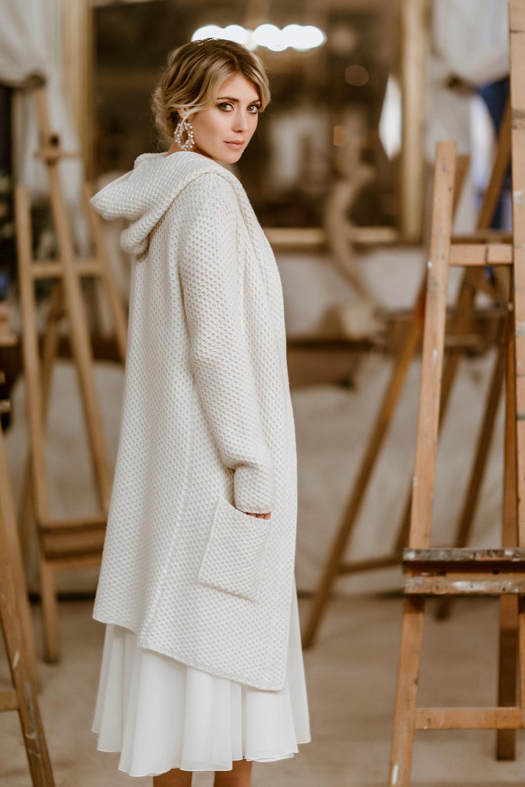 Leichter Brautmantel aus Strick mit Kapuze zum Midi-Brautkleid, Rückenansicht