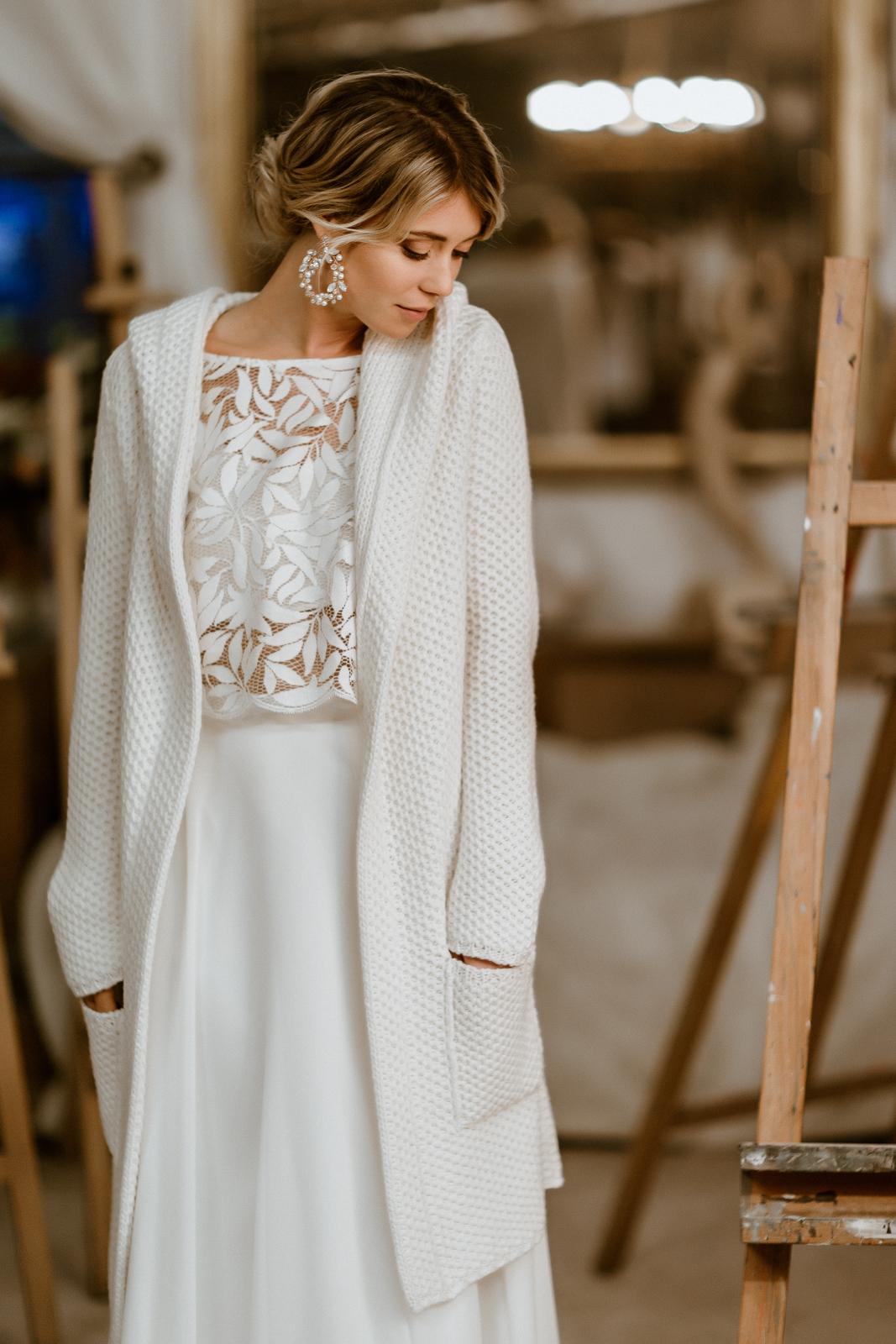 Leichter Brautmantel aus Strick mit Kapuze zum Midi-Brautkleid, Frontalansicht