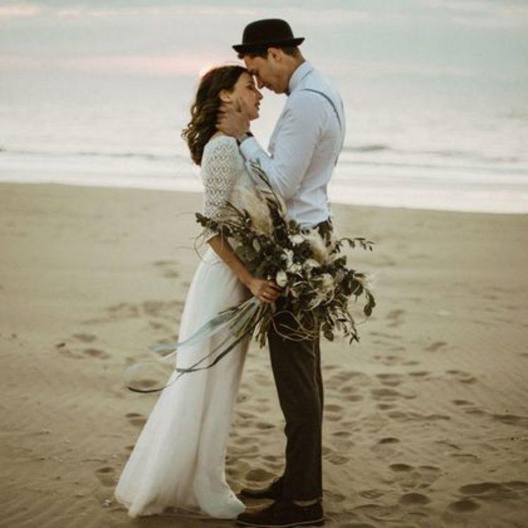 Bohemien Hochzeit am Strand mit schlichtem Brautkleid