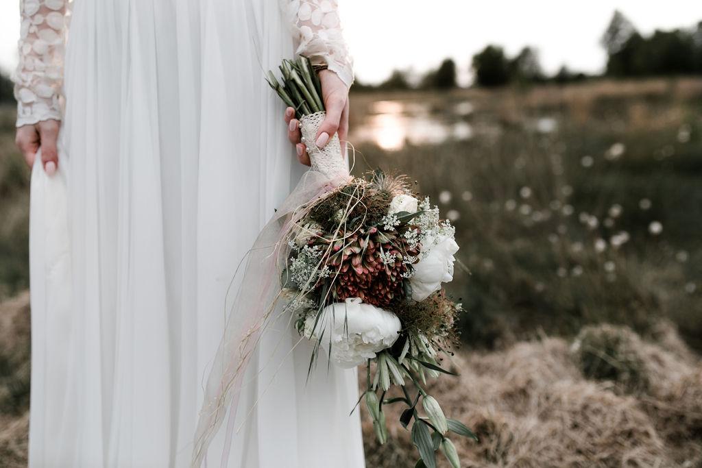 Boho Brautkleid, bauchfrei mit Spitze und Blütengürtel