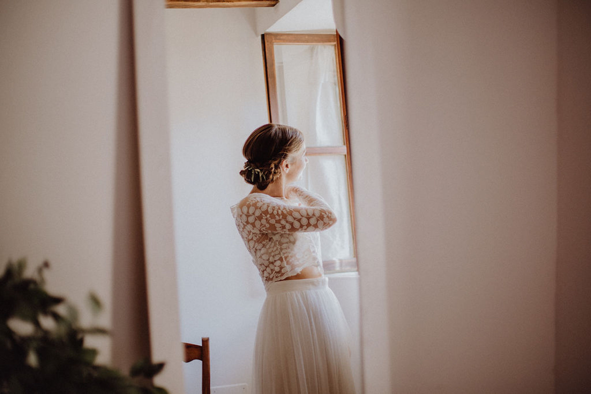 Boho Brautkleid Zweiteiler in Ivory mit Tüllrock und Spitzentop (Foto: Maria Braun)