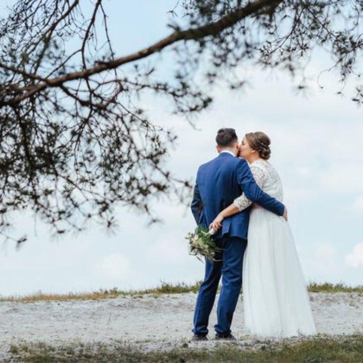 Brautkleid mit Spitze und rosa Gürtel