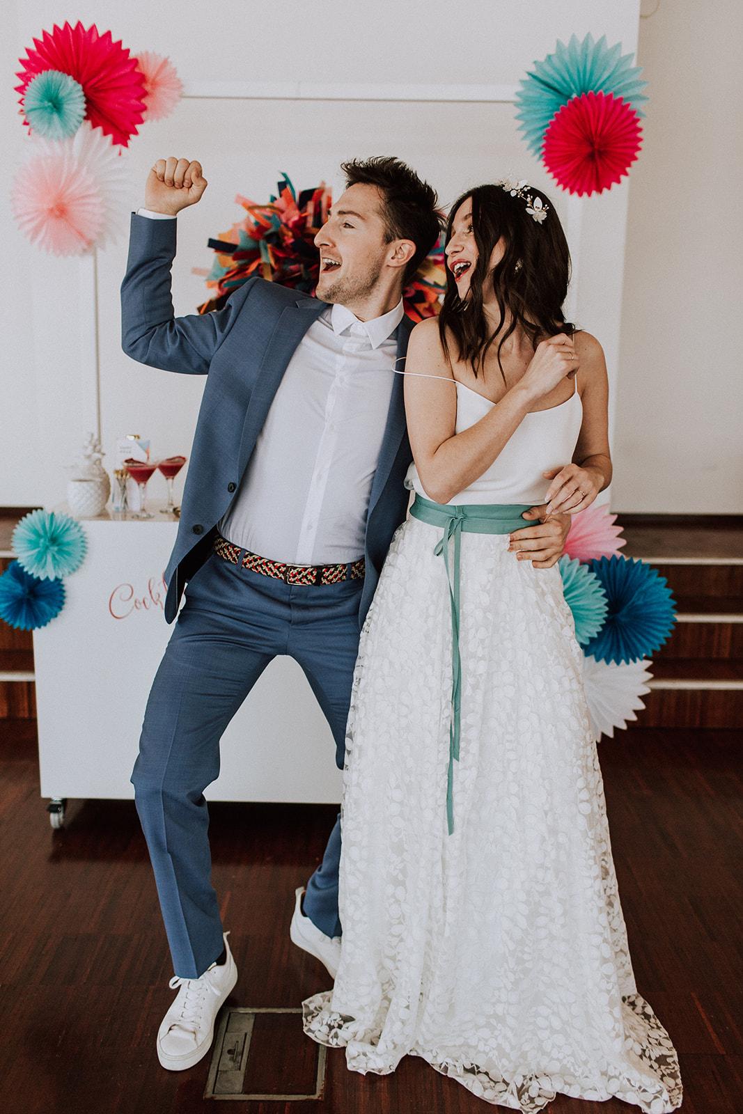 Boho Hochzeit mit langem Brautrock und farbigem Gürtel