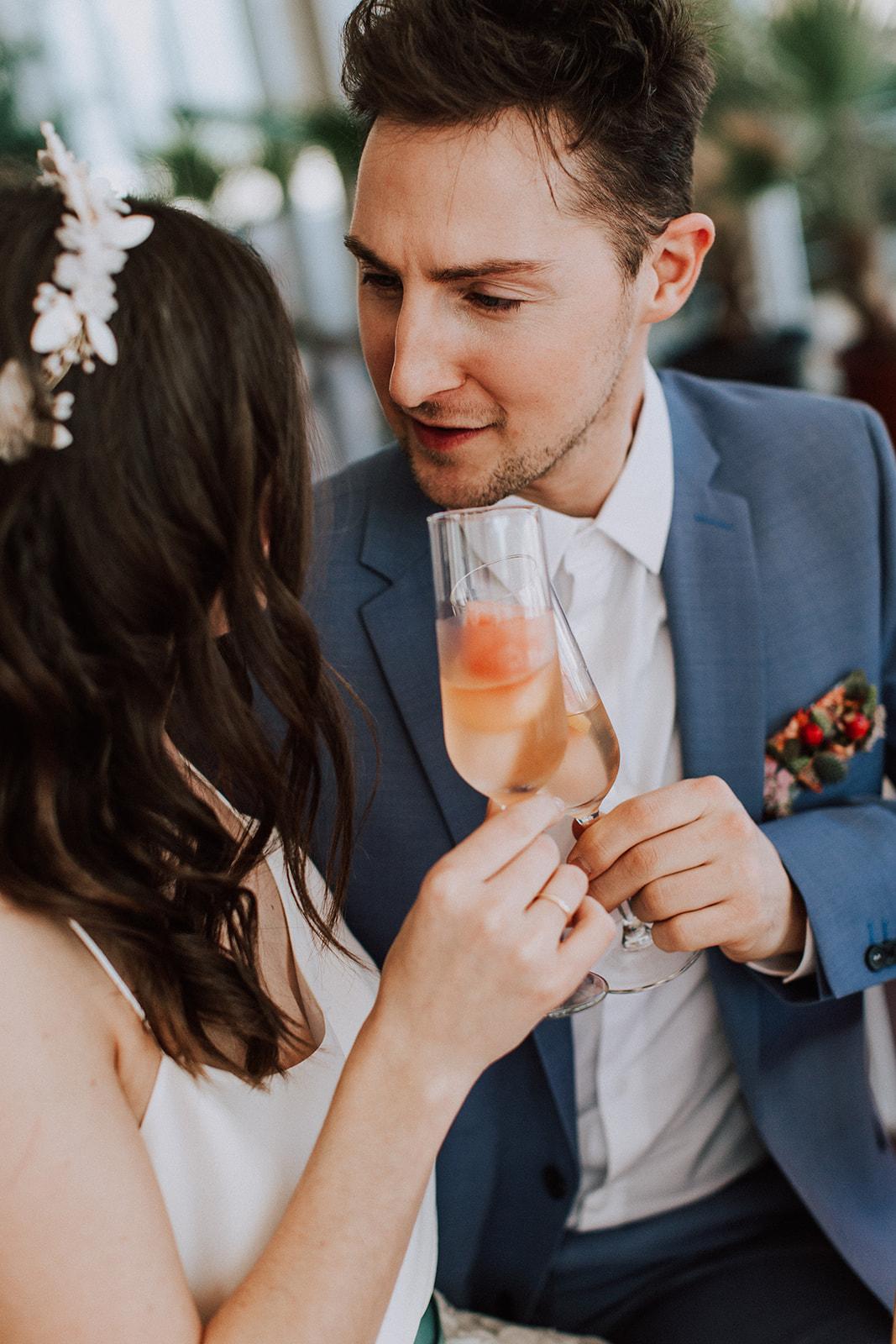 Tropisch bunte Boho Hochzeit mit langem Rock und farbigem Gürtel