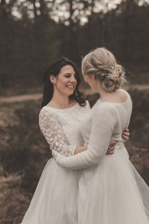 Brautkleider für die lesbische Hochzeit, lesbisches Brautpaar mit Hochzeitskleidern in Ivory (Foto: Jennifer Nilsson)