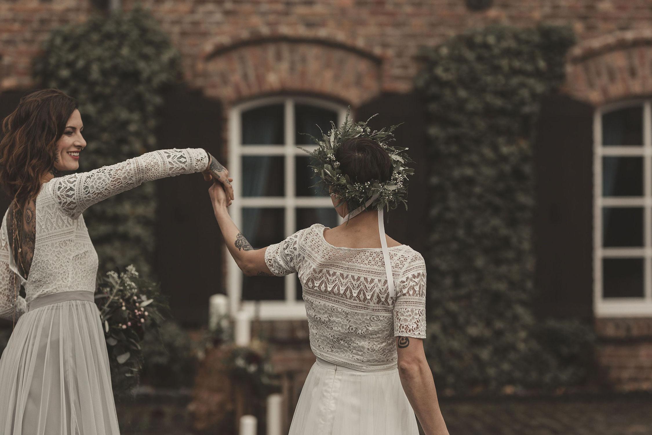 noni Brautmode, Styled Shoot mit lesbischem Brautpaar, tanzend, Rückenansicht