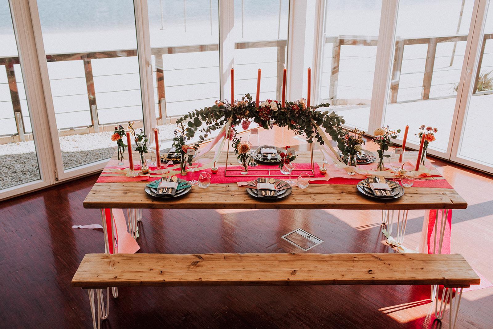 Tropisch bunte Tischdeko zur Boho Hochzeit