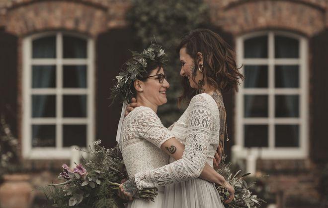 Brautkleider für die lesbische Hochzeit, Brautpaar  mit Hochzeitskleidern im Boho Stil